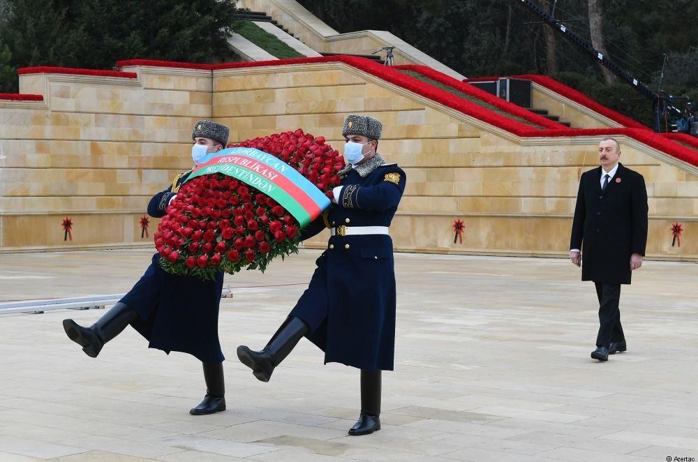 Le président Ilham Aliyev et la première dame Mehriban Aliyeva visitent l'Allée des Martyrs à l'occasion du 31e anniversaire de la tragédie du 20 Janvier - Gallery Image